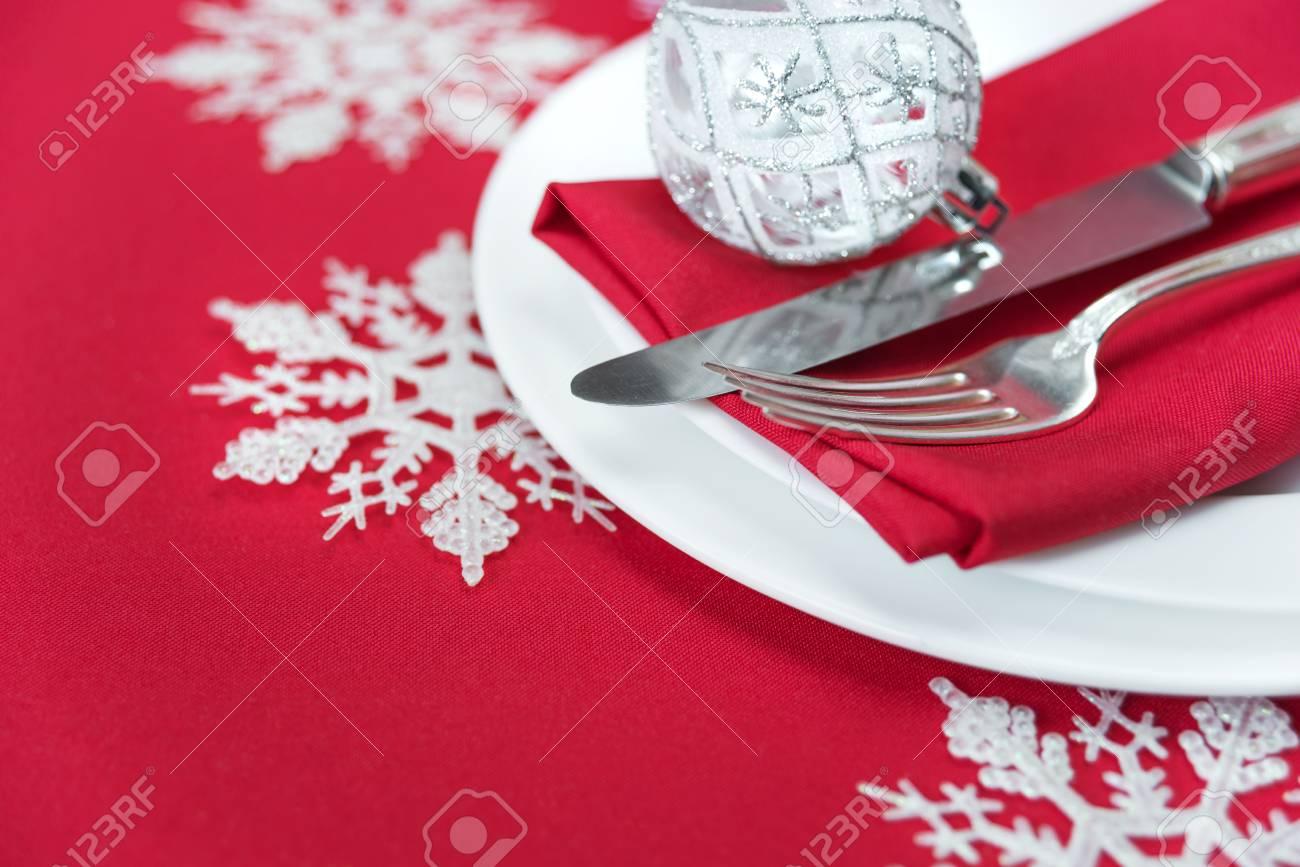 Table De Noël Couteau Et Fourchette En Argent Serviette En Lin Rouge Et Belle Boule De Noël Sont Sur La Plaque De Porcelaine Blanche Qui Est Située