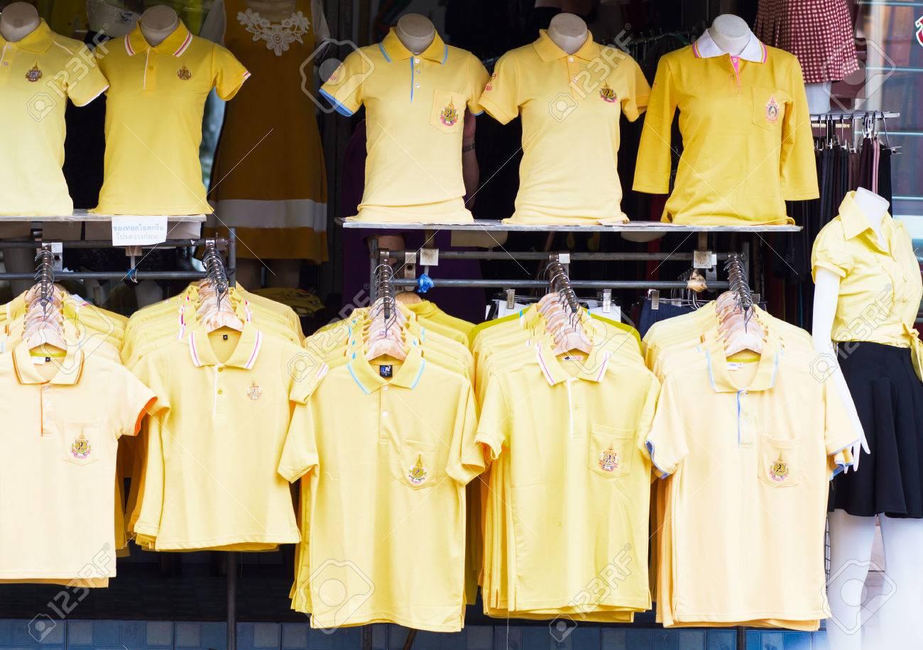 new concept eea9d e5052 PATTAYA - 27 novembre: camicie gialle per il 87 ° compleanno del re  Bhumibol Adulyadej il 5 dicembre, a Pattaya, in Thailandia il 27 novembre  2014.