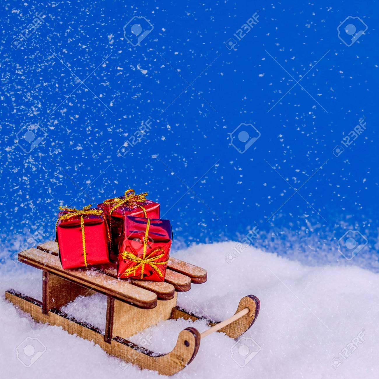 Immagini Di Natale Con La Neve.Slitta Di Natale Nella Neve Con I Regali Rossi Di Natale Sotto I Fiocchi Di Neve Su Priorita Bassa Blu Concetto Di Natale E Capodanno Biglietto Di