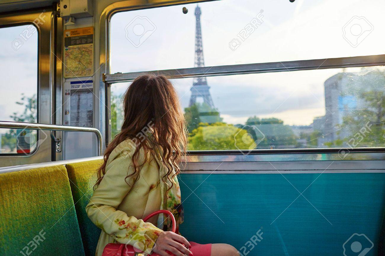 Suche Schöne Bilder schöne junge frau auf reisen in einem zug der pariser u bahn und auf