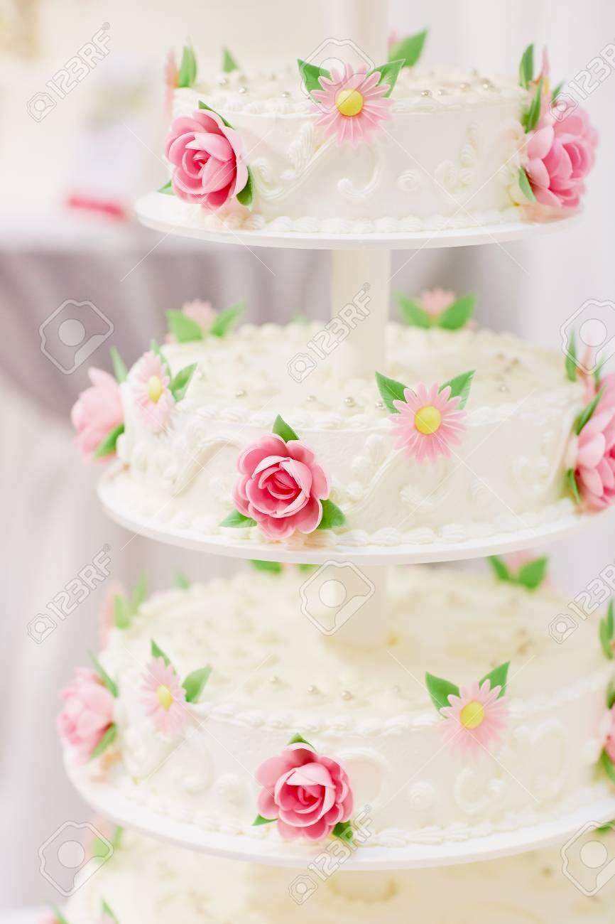 Weisse Hochzeitstorte Mit Zucker Blumen Geschmuckt Rosa Rosen Und