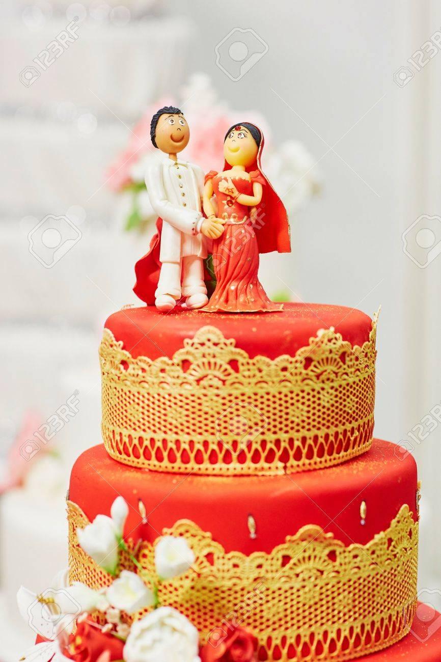 Schone Rote Und Gelbe Hochzeitstorte Im Indischen Stil Mit Braut Und