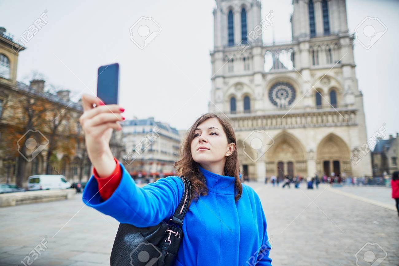 Schone Junge Touristen In Paris Machen Lustige Selfie In Der Nahe