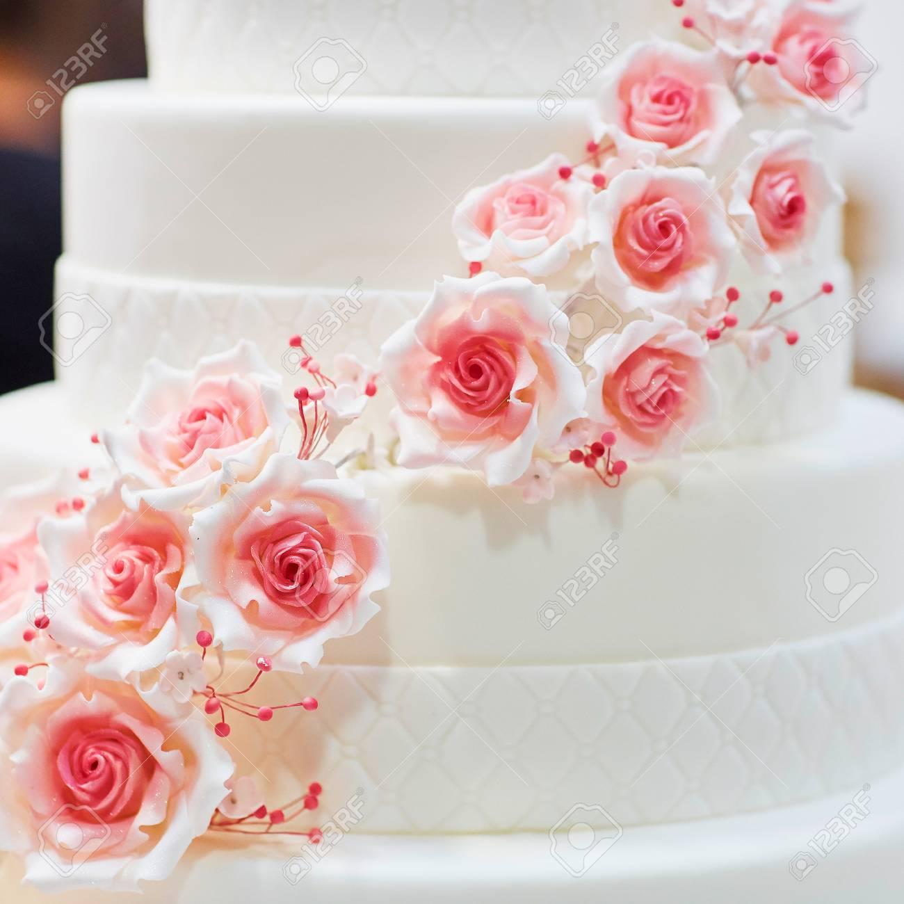 Weisse Hochzeitstorte Mit Zucker Rosa Rosen Verziert Lizenzfreie