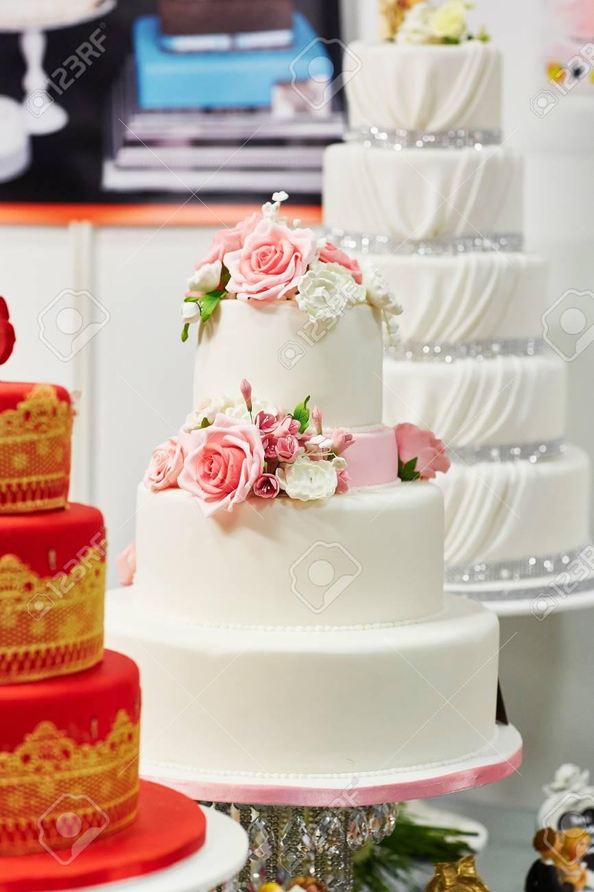 Weisse Hochzeitstorte Mit Zucker Rosa Rosen Lizenzfreie Fotos Bilder