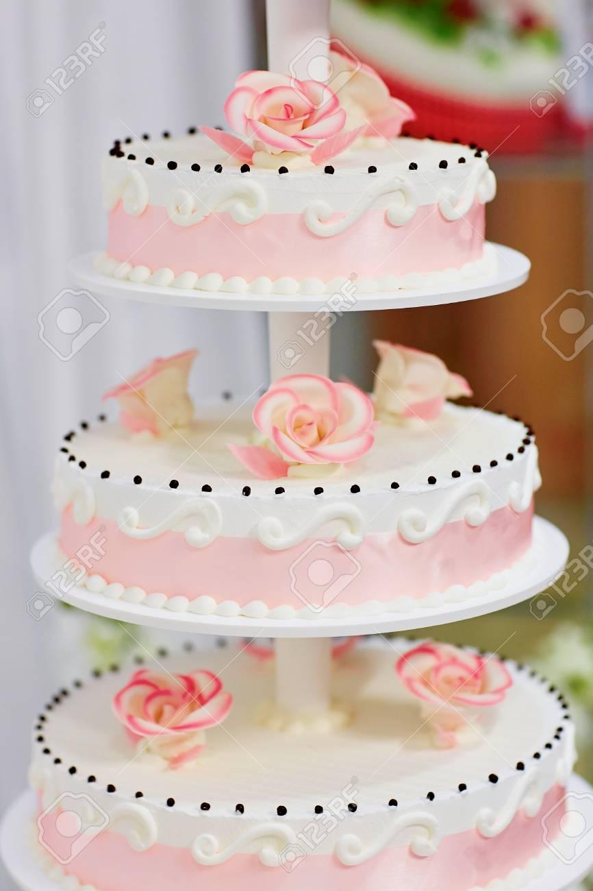 Gâteau De Mariage Blanc Décoré De Roses Roses