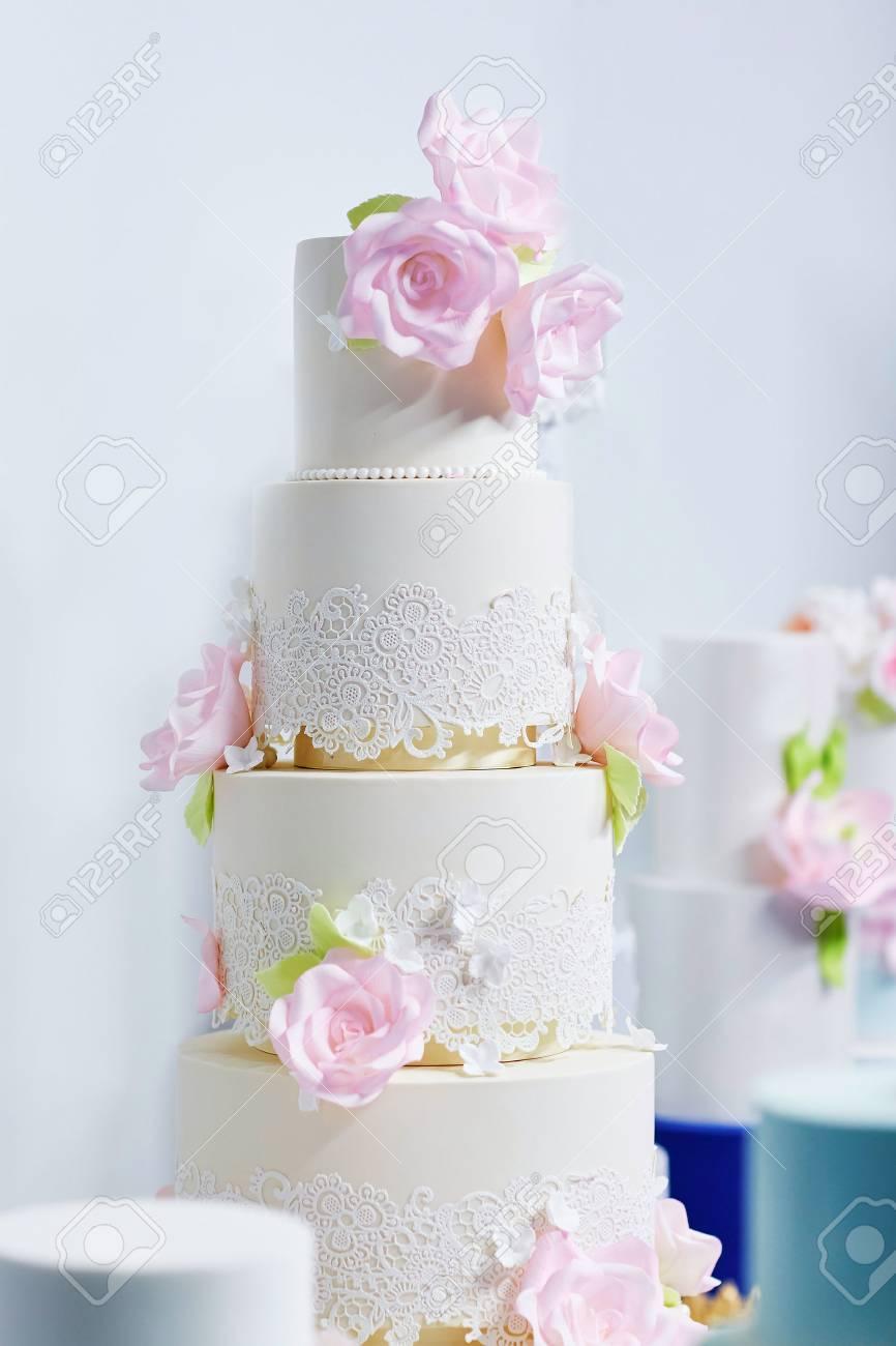 Weisse Hochzeitstorte Mit Rosa Zucker Pfingstrosen Geschmuckt