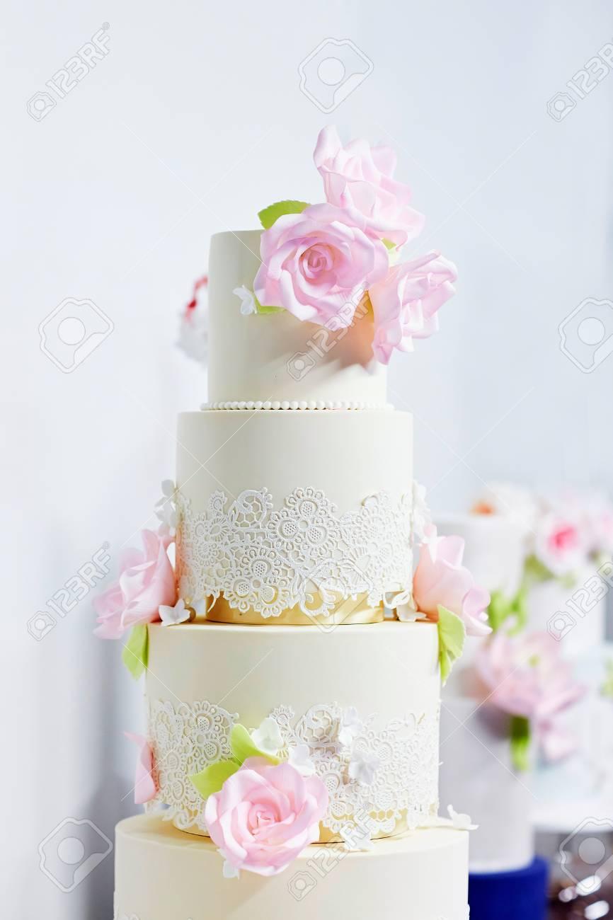 Blanc Gâteau De Mariage Décoré Avec Des Pivoines De Sucre Rose
