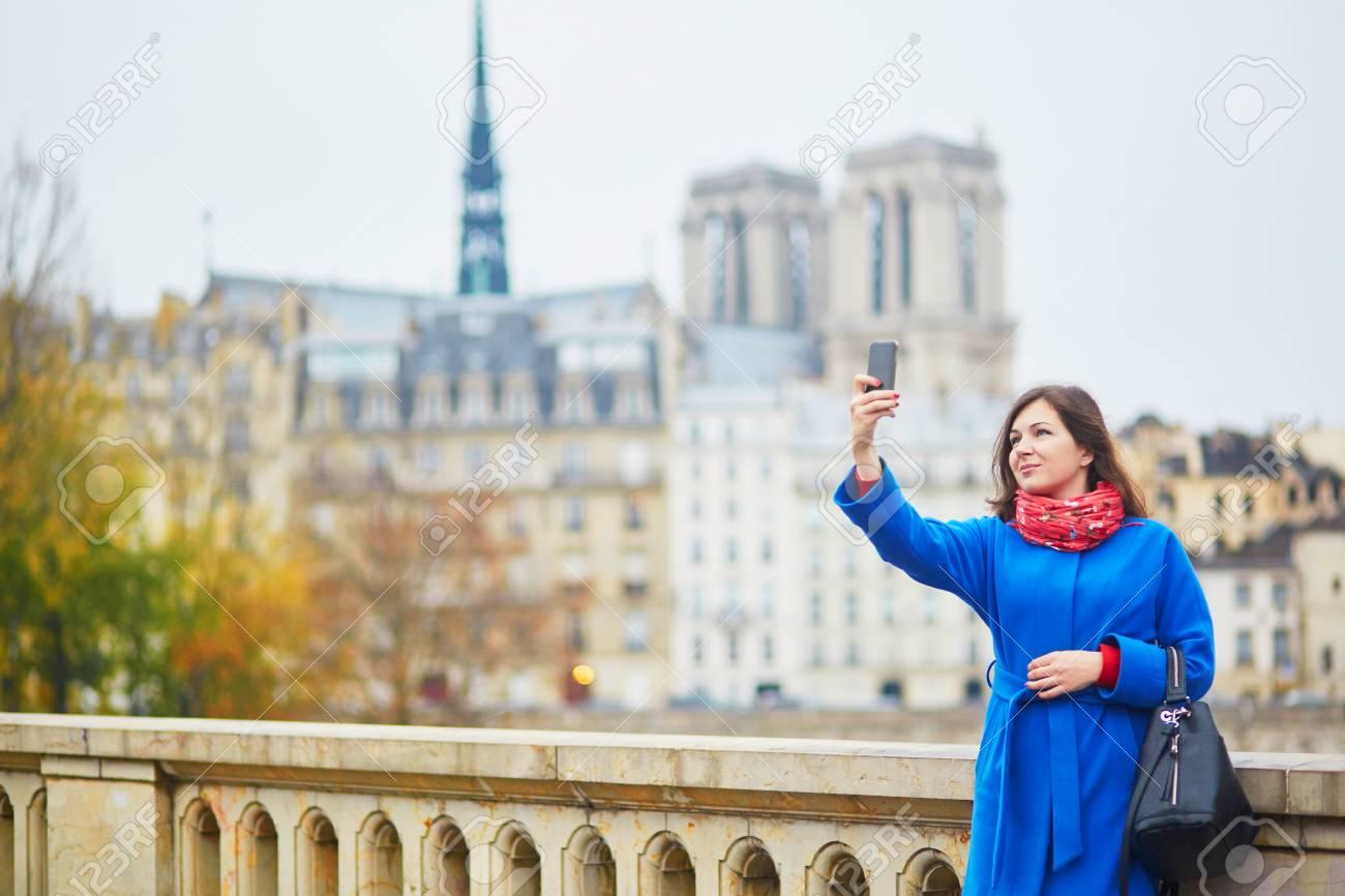 Schoner Junger Tourist In Paris Lustiges Selfie Nahe Notre Dame