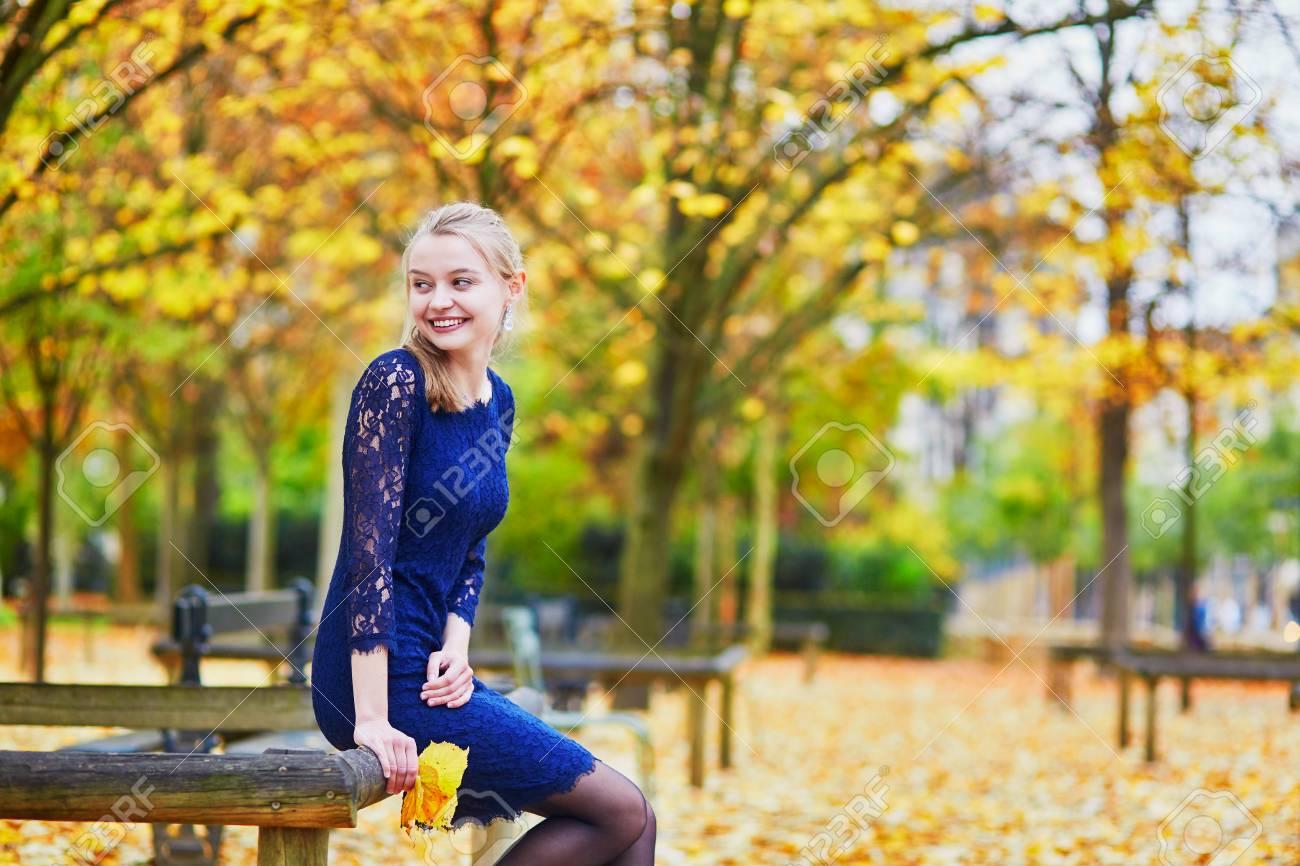 Joven Y Bella Mujer En Vestido Azul En El Jardín De Luxemburgo De París En Un Día De Otoño