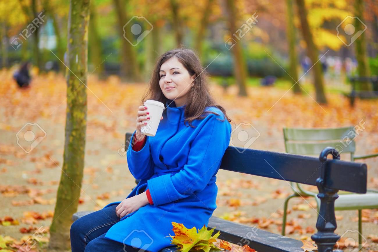 Schönes Junges Mädchen In Der Luxemburg Garten Von Paris An Einem