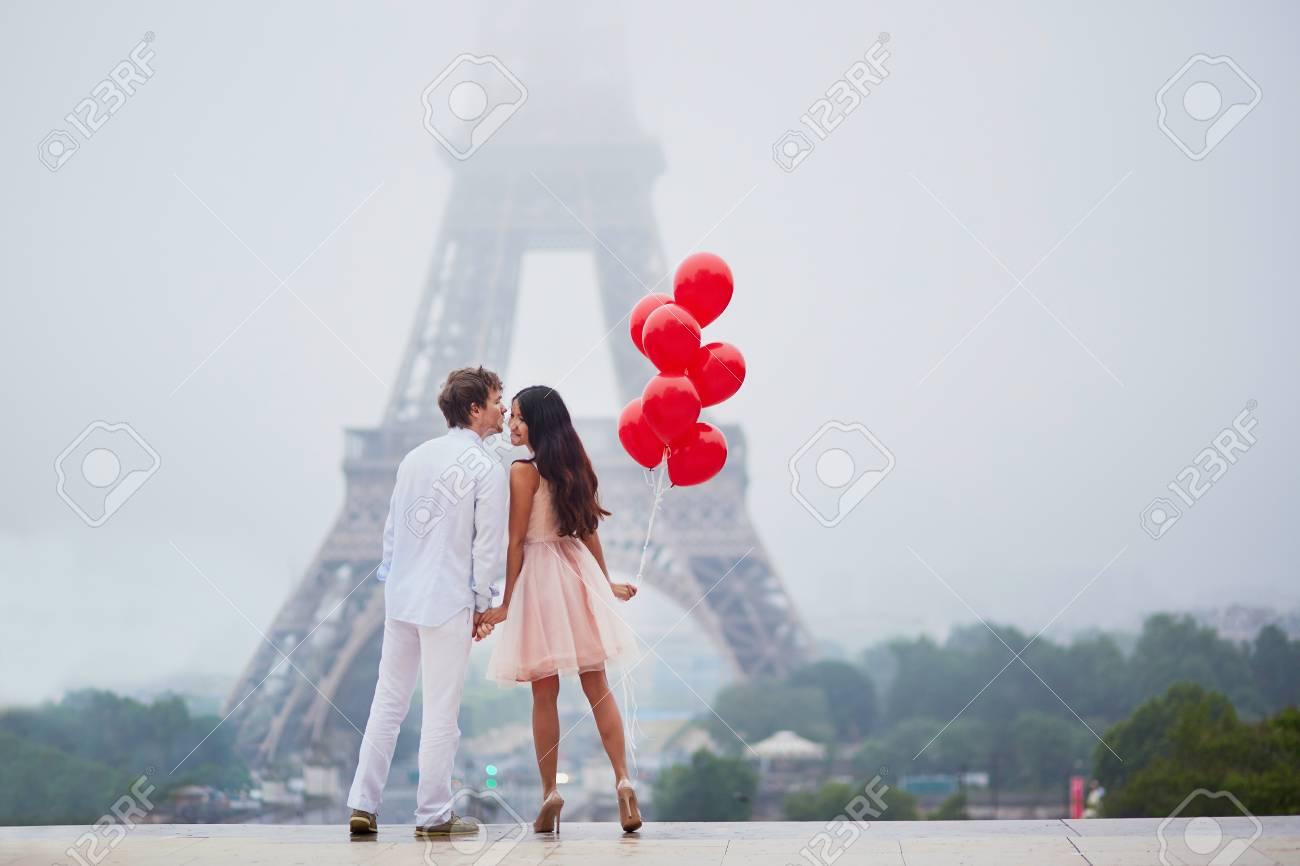 Excellent Beau Couple Romantique Dans L'amour Avec Bouquet De Ballons Rouges  WV84