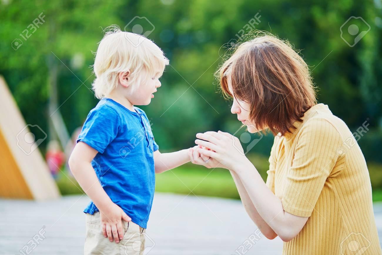 Une mère en montrant son fils pleurant sa chaussure de