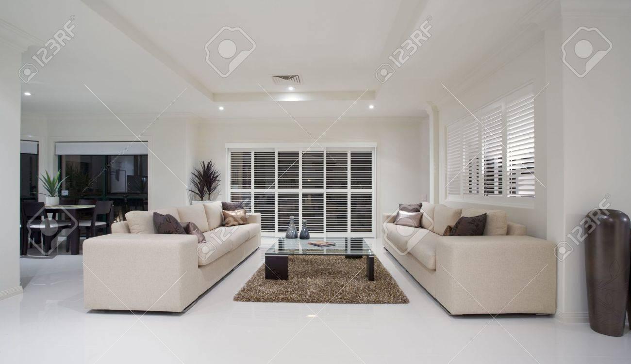 Banque dimages , Luxe maison salon intérieur surplombant salle à manger
