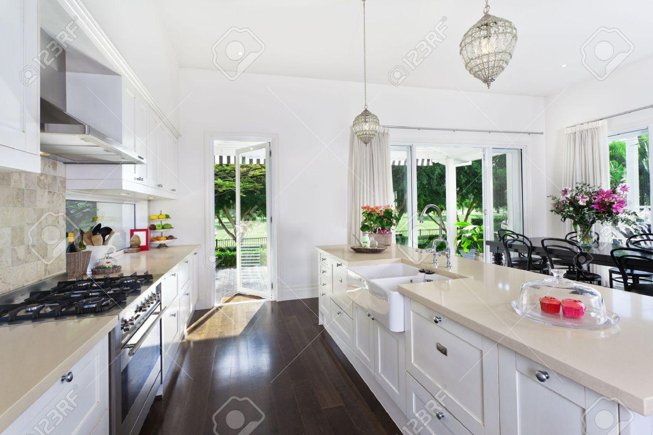Élégant cuisine ouverte avec des appareils en acier inoxydable et ...