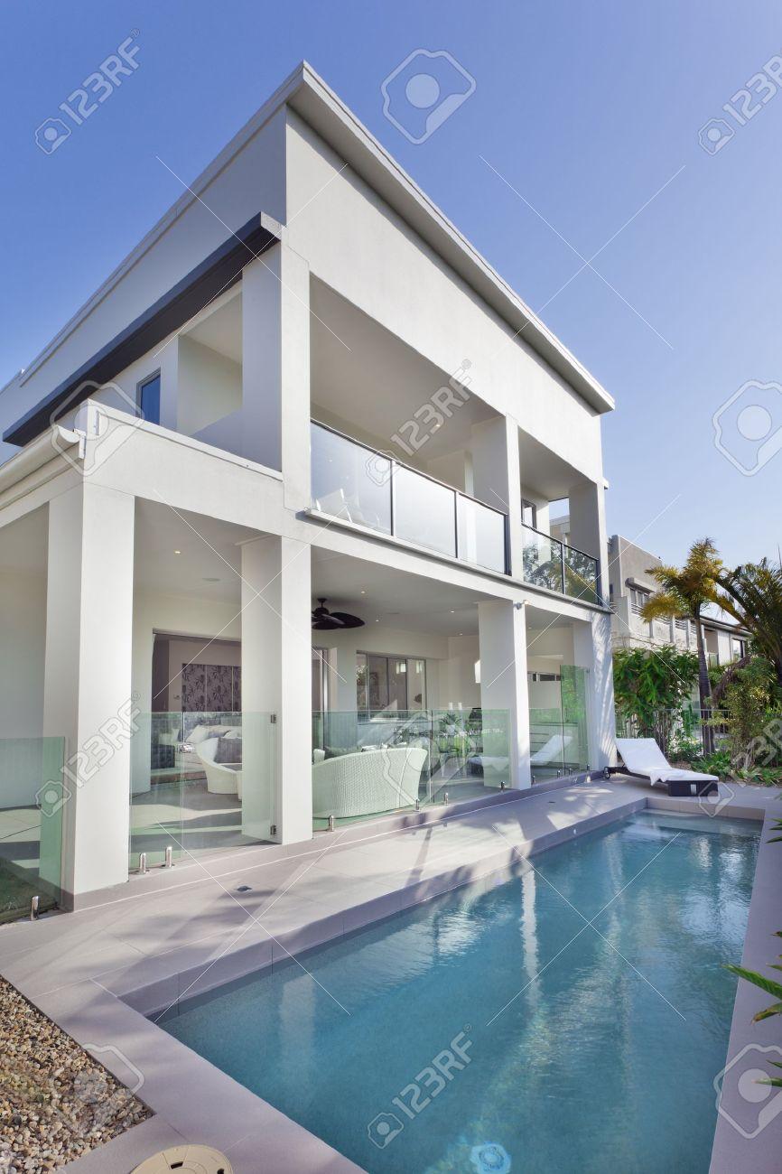 Stilvolle Neue Haus Mit überdachter Terrasse Und Swimmingpool ...