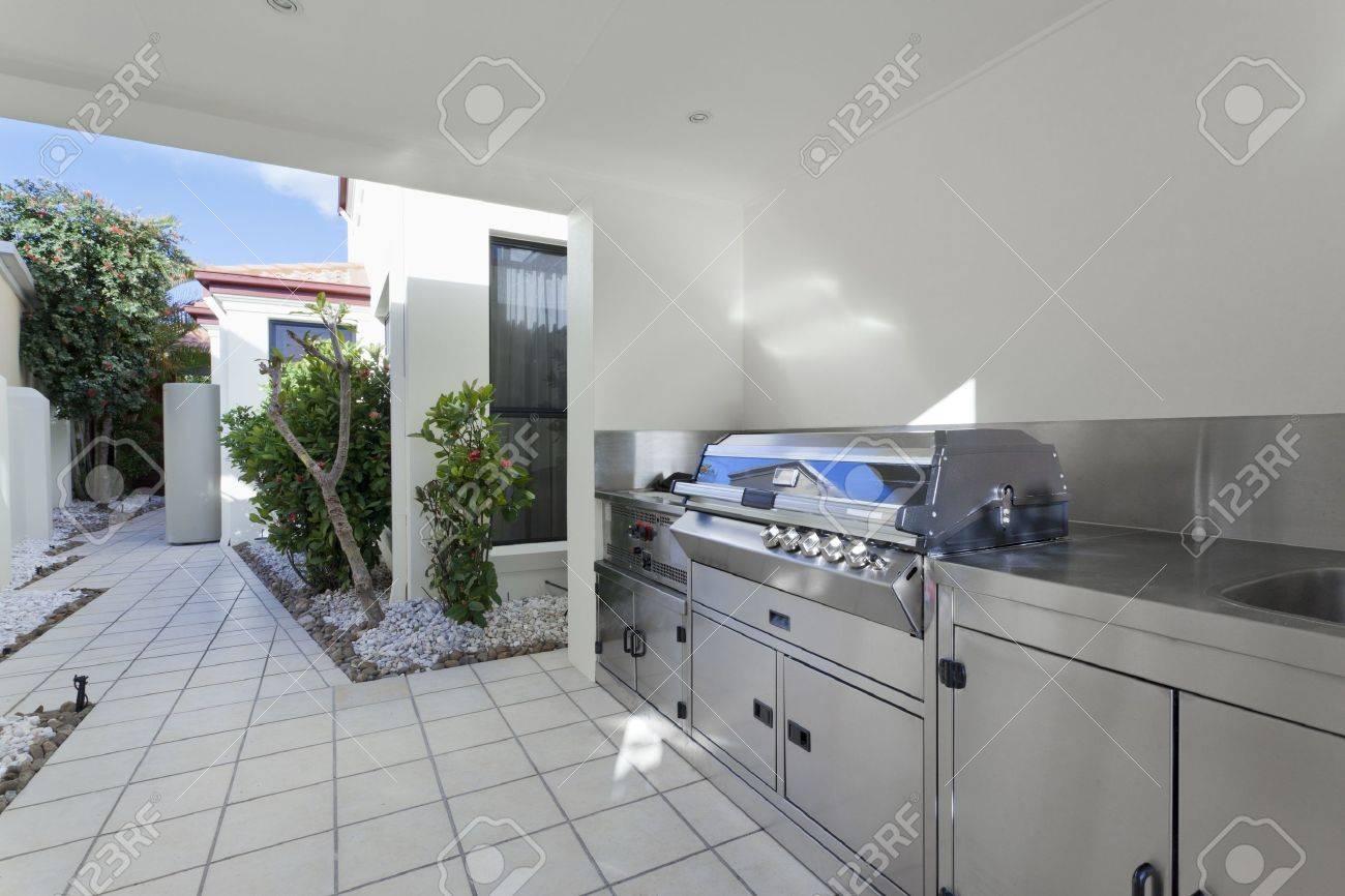 Aménagement Extérieur Barbecue Dans La Maison Moderne Banque D ...
