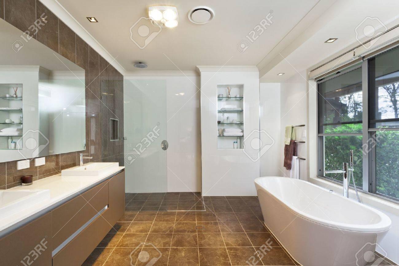 Modernt badrum i snygg svenska hus royalty fria stockfoton, bilder ...
