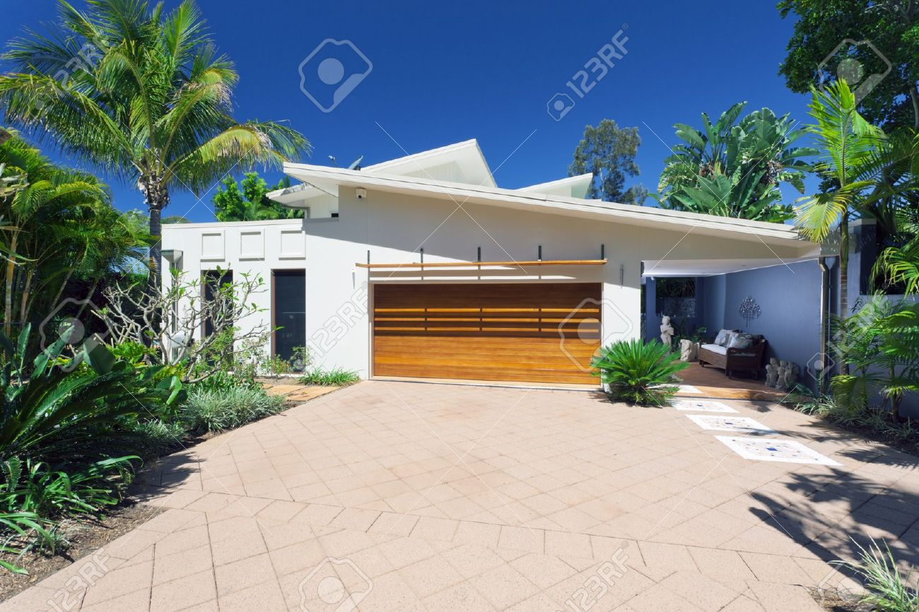 Modern House Front nd ntrance Stock Photo, Picture nd oyalty ... - ^