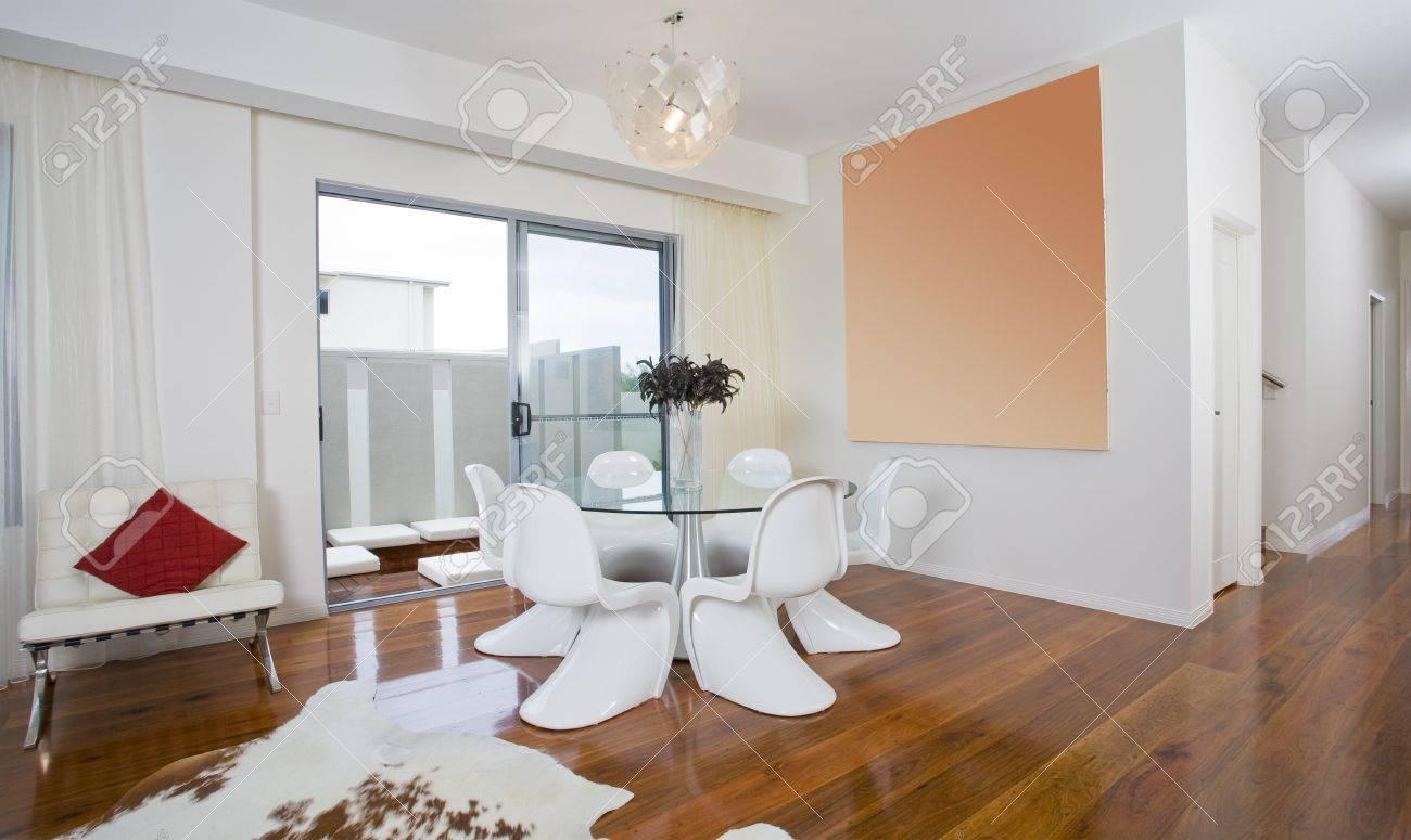 Salle à manger moderne avec une table ronde et des chaises géniaux