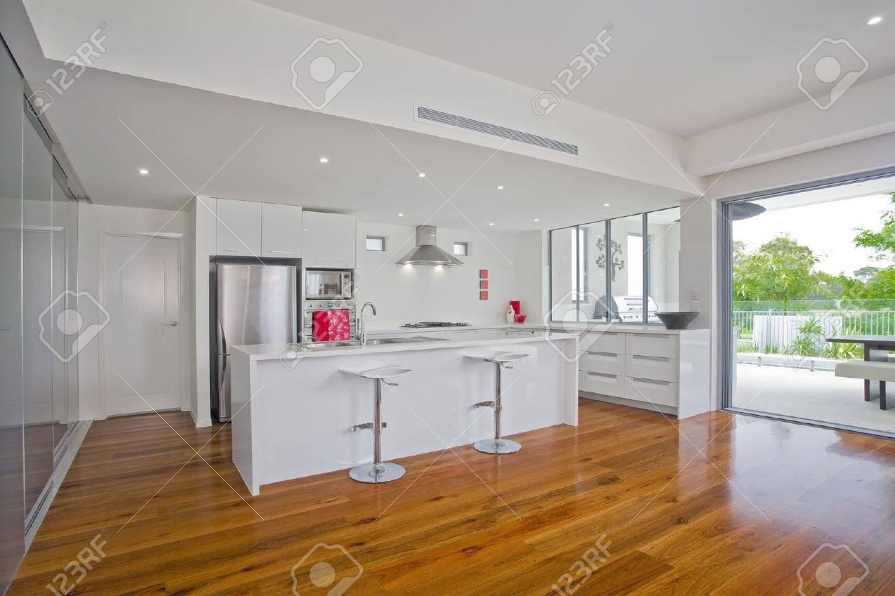 Cocina Moderna Con Electrodomésticos De Acero Inoxidable En La ...