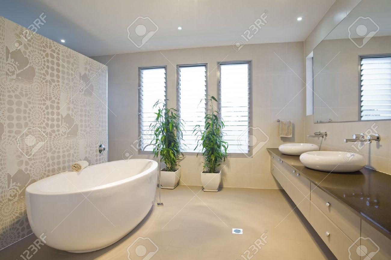 Lujo Cuarto De Baño Con Dos Lavabos Fotos, Retratos, Imágenes Y ...