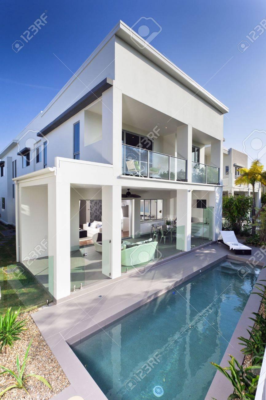 Legant Nouvelle Maison Avec Terrasse Couverte Et Piscine Banque D