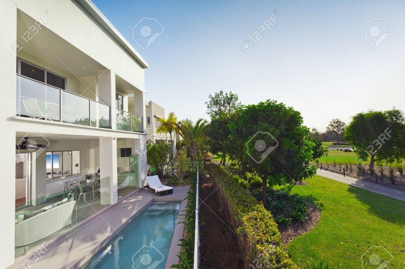Légant nouvelle maison avec terrasse couverte et piscine