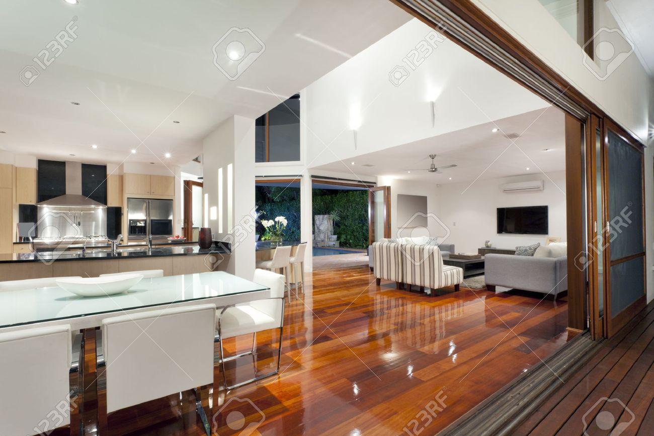 Luxuriöse Home Interior Mit Großen Schiebetüren Lizenzfreie Fotos