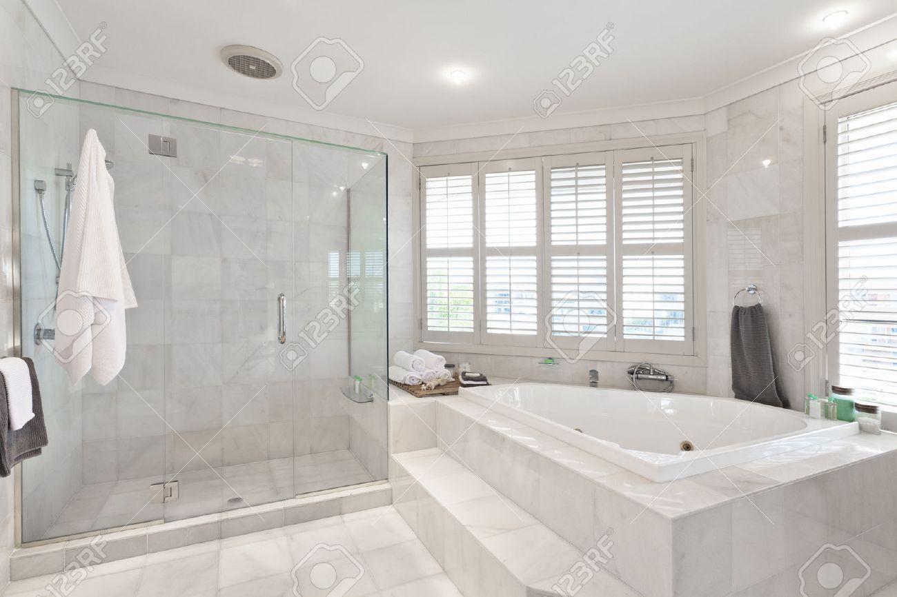 Badezimmer modern schöne moderne badezimmer mit marmorfliesen im australischen herrenhaus
