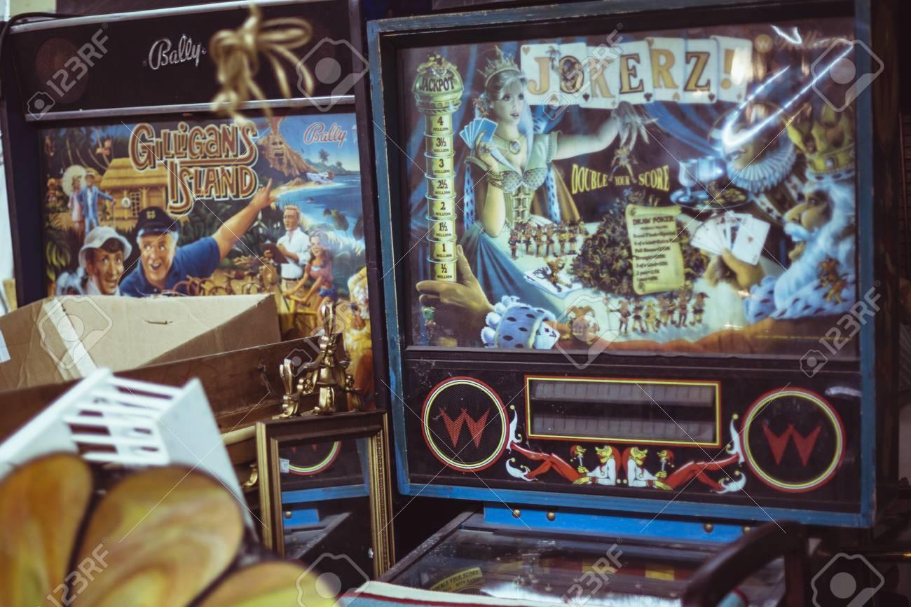 Las Maquinas Antiguas Arcade Del Juego En Un Atico Fotos Retratos