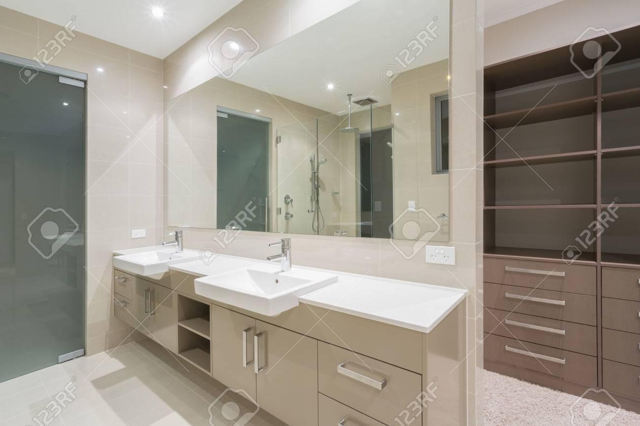 geräumige moderne badezimmer mit begehbarer kleiderschrank, Hause ideen