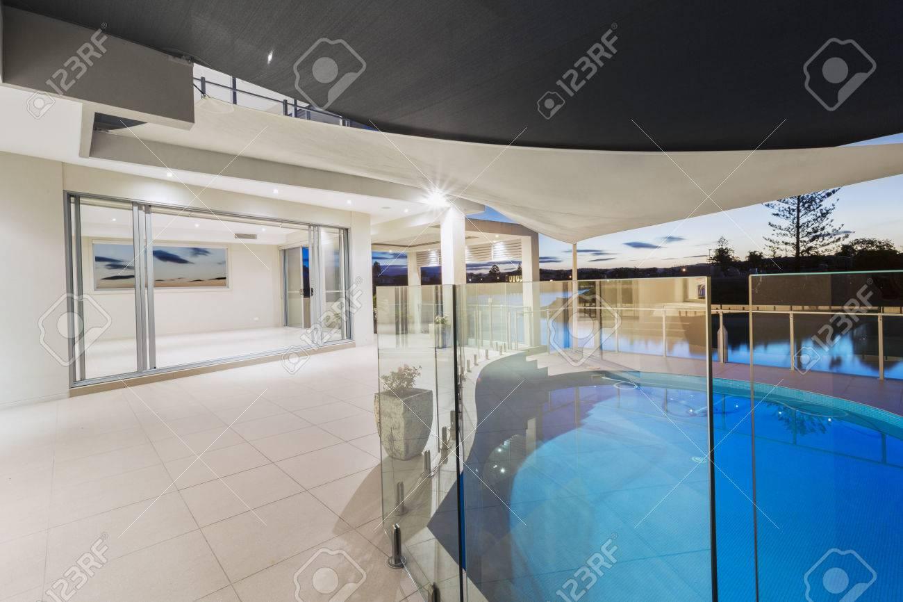 Witte moderne luxe villa exterieur met terras en zwembad aan