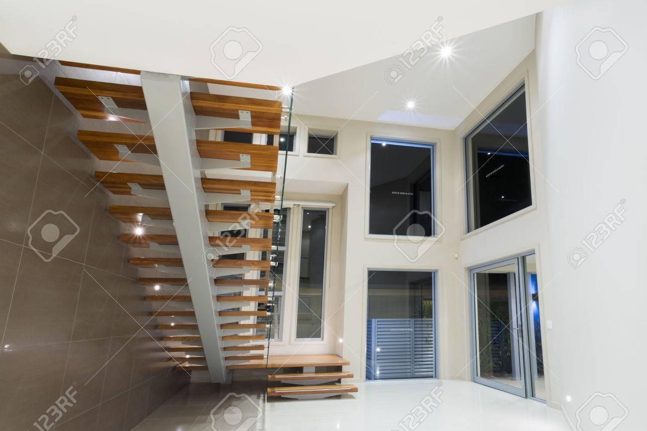 Entrée Dans La Maison Contemporaine Avec Escalier En Bois Banque D ...