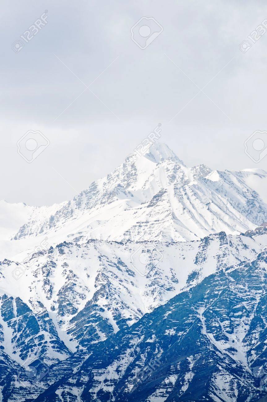 Haut de hautes montagnes, couverte de neige. Inde. Banque d'images - 9463970