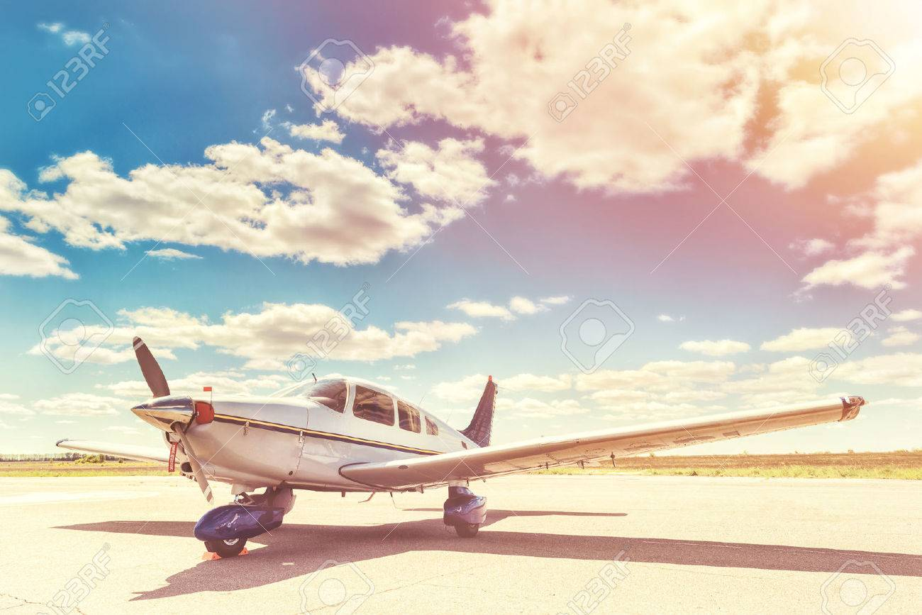 Propeller plane parking at the airport. Sunny day. Banque d'images - 51734390