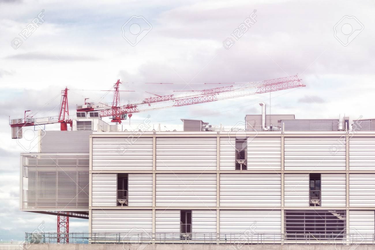 Crane and building construction site against blue sky. Banque d'images - 78992991