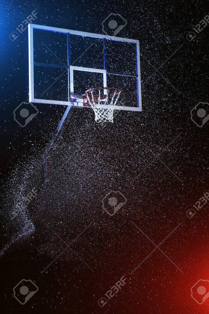 Basketball hoop isolated on black. Basketball arena under rain. Lightened by mixed color lights. Banque d'images - 78976653