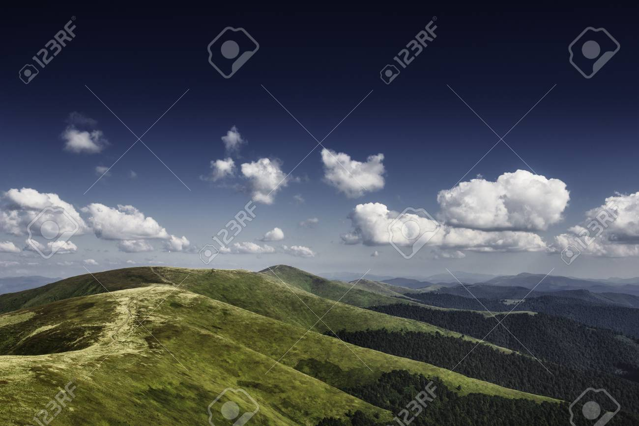 Autumn landscape. Autumn view of green Carpathian Mountains , Mountain road goes on top of the green hills on sunset landscape. Banque d'images - 81996237