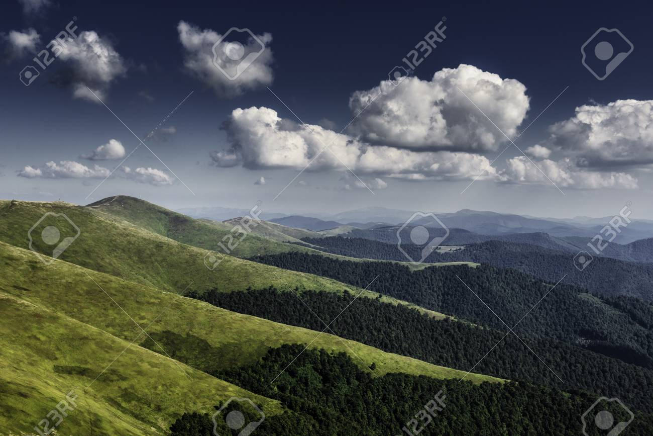Autumn landscape. Autumn view of green Carpathian Mountains , top of the green hills on sunset landscape under blue cloudy sky. Banque d'images - 81996240