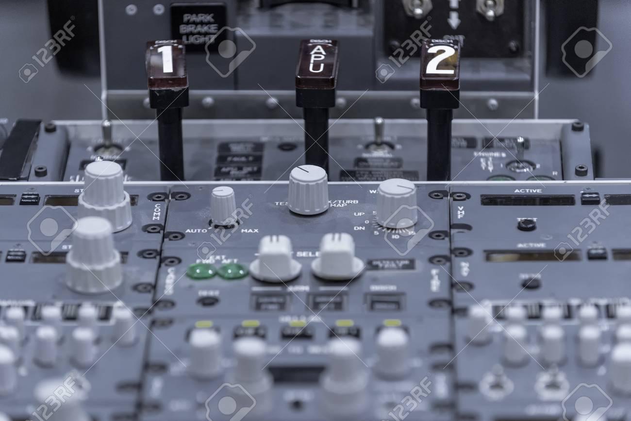 Cockpit d'avion. Pedestal classique avec commandes. Fermer. Isolé sur gris Banque d'images - 82164338