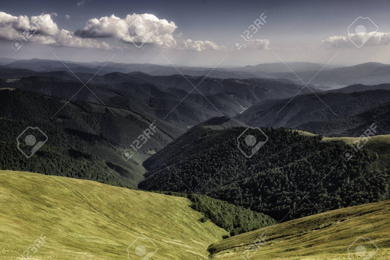 Autumn landscape. Autumn view of green Carpathian Mountains , top of the green hills on sunset landscape under blue cloudy sky. Banque d'images - 82056129