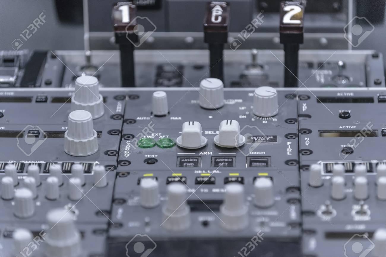 Cockpit d'avion. Pedestal classique avec commandes. Fermer. Isolé sur gris Banque d'images - 82071809