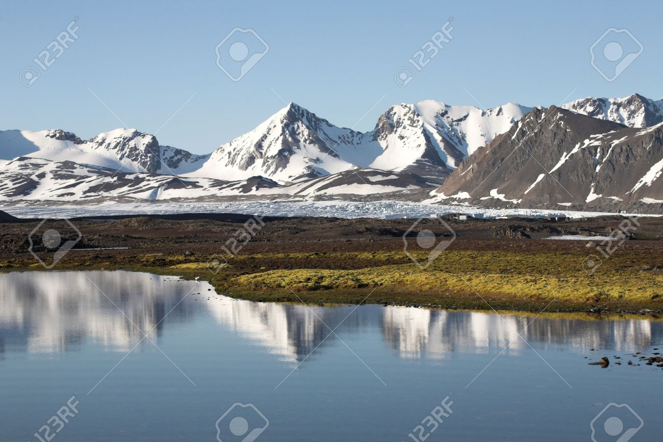 Typical Arctic summer landscape - Spitsbergen - 10907325