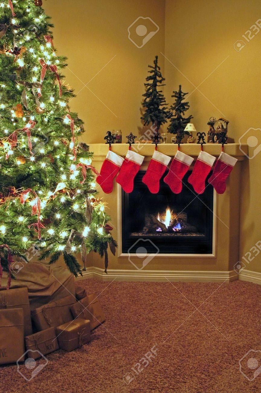 Front Zimmer Dekoriert Für Weihnachten Mit Weihnachtsbaum Strümpfe ...
