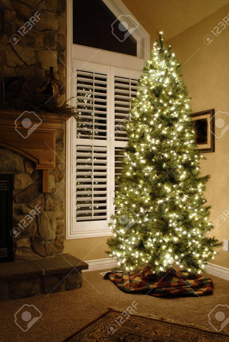 Vorderen Raum Des Hauses Neben Fenster Dekoriert Für Weihnachten Mit ...