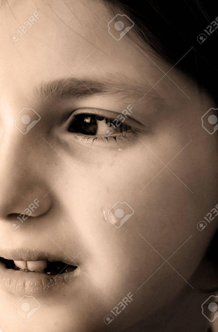 Preferenza Giovane Ragazza Piange Con Lacrime Rotolare Giù Per La Guancia Del  ZM71