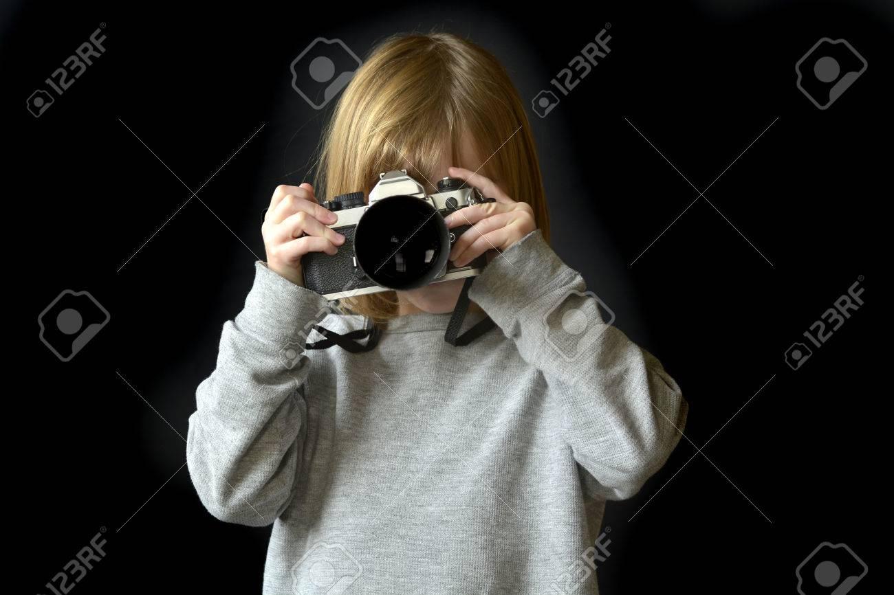 7b9cefae5d Banque d'images - Détail, portrait, de, jeune fille, photographe, tenue,  vieux, appareil photo, tir, photographies