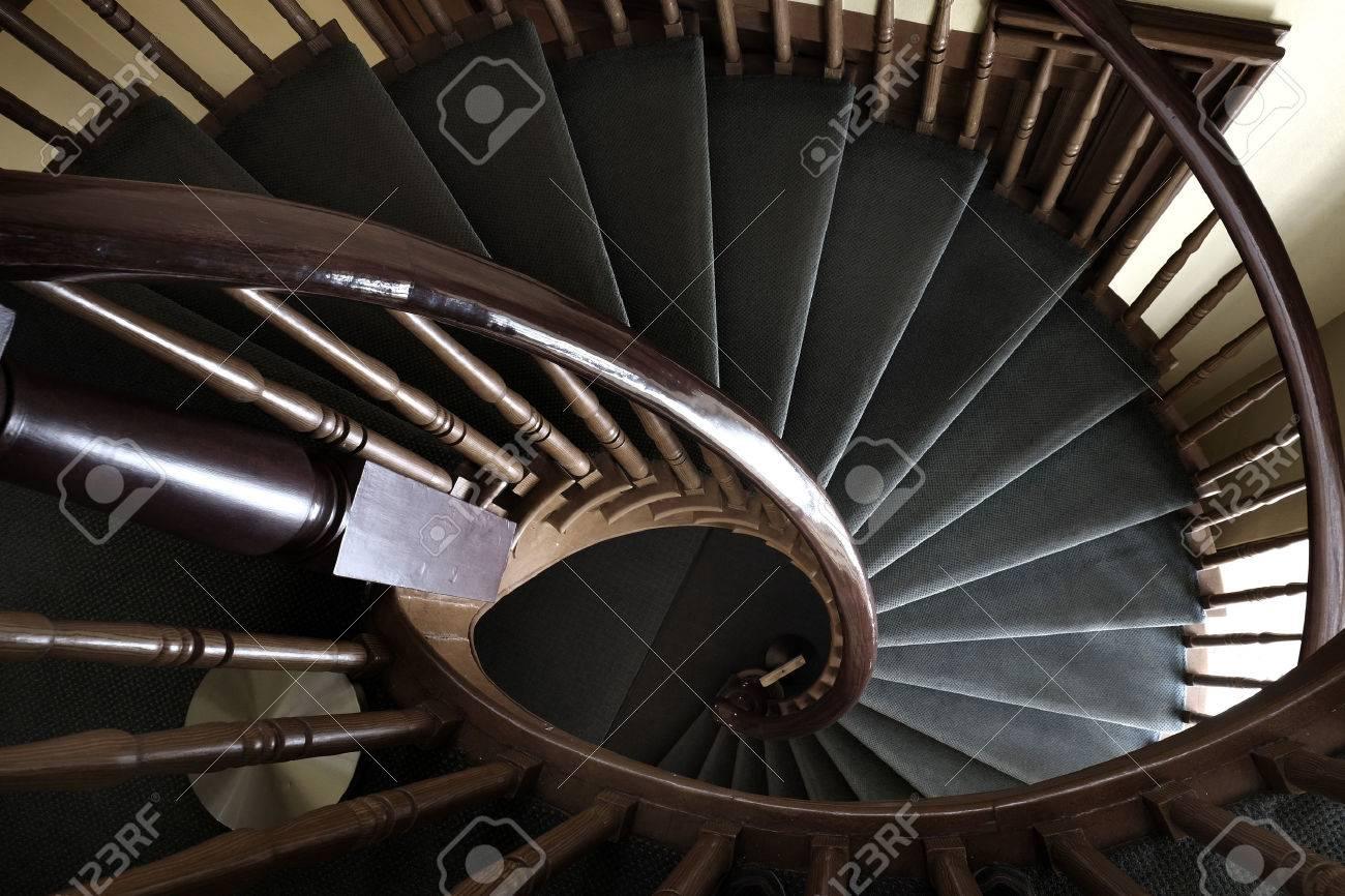 Escalera De Caracol En La Construcción De Subir Escaleras Arriba Hacia Abajo Fotos Retratos Imágenes Y Fotografía De Archivo Libres De Derecho Image 58803272