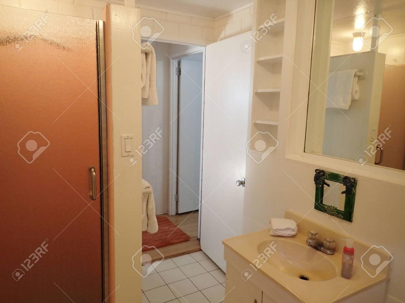 Innerhalb Weiß Badezimmer Mit Dusche Tür Und Waschbecken Mit Spiegel ...